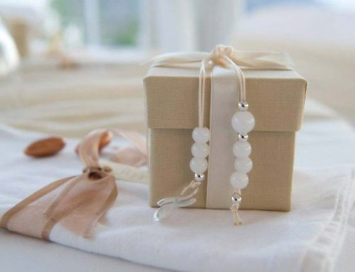 Invitations and favors: details of the wedding